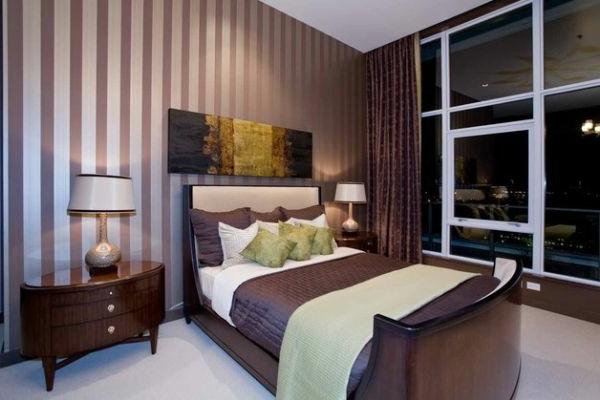 schlafzimmer-kolonialstil-purpurrot-streifen-tapeten-bettwasche ...
